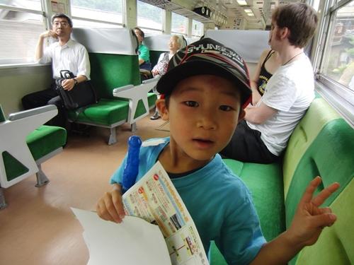 電車に乗る息子
